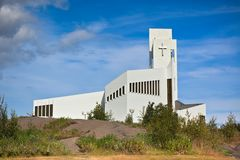 Weiße moderne Island-Kirche Stockfoto