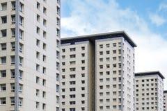 Weiße, moderne Wohnblöcke und blauer Himmel, moderner Hintergrund Stockfotos
