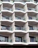Weiße moderne Wohnungen im Großen Block mit geometrischen Balkonen Lizenzfreie Stockfotos