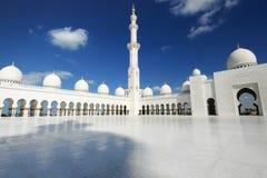 Weiße Moschee mit bewölktem blauem Himmel lizenzfreies stockfoto