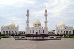 Weiße Moschee in moslemischem regious Gebäude Tatarstans Bulgar mit blauem Himmel und Wolken Stockfotos