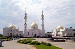 Weiße Moschee in moslemischem regious Gebäude Tatarstans Bulgar mit blauem Himmel und Wolken Lizenzfreie Stockfotografie