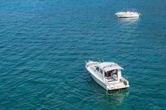 Weiße Motorboote auf klarem blauem Wasser stockbild