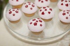 Weiße Muffins auf dem Behälter Stockbild