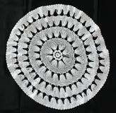 Weiße Musterhäkelarbeittischdecke Stockbilder