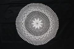 Weiße Musterhäkelarbeittischdecke Stockfotos