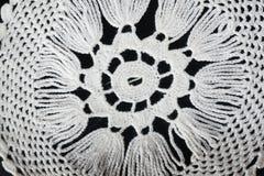 Weiße Musterhäkelarbeittischdecke Lizenzfreie Stockfotos