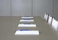 Weiße Notizbücher, die auf eine graue Tabelle für negotia legen Stockbild