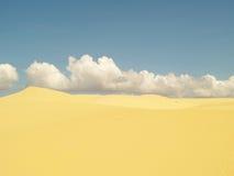 Weiße oder Dünenwüste mit gelbem Sand und -sonnenlicht auf heißem Sommer Stockbild