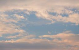 Weiße, orange, geschwollene Wolken Lizenzfreies Stockbild