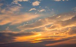 Weiße, orange, geschwollene Wolken Lizenzfreies Stockfoto