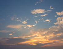 Weiße, orange, geschwollene Wolken Lizenzfreie Stockbilder