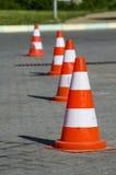 Weiße orange Kappen der Straße Stock Abbildung