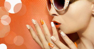 Weiße orange Maniküre und Make-up stockfoto