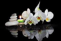 Weiße Orchidee und Badekurort Lizenzfreie Stockfotografie