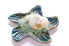 Weiße Orchideeblume mit blauem Mineralbadesalze Stockfotos