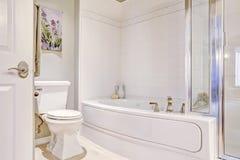 Weiße ordentliche Badewanne mit Fliesenordnung Stockfotos