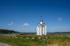 Weiße orthodoxe Kapelle Stockbild