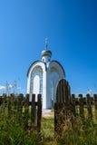 Weiße orthodoxe Kapelle Stockfotografie