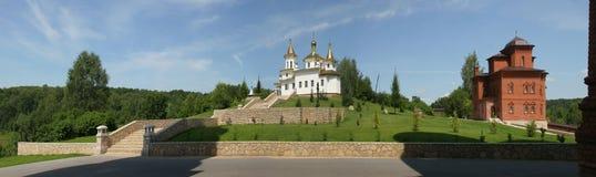 Weiße orthodoxe Kirche mit goldenen Hauben am Sommerpanorama Lizenzfreie Stockbilder