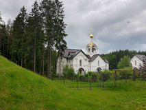 Weiße orthodoxe Kirche nahe dem Erinnerungskomplex stockfoto