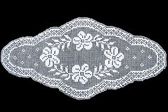 Weiße ovale Spitzetischdecke der Schönheit lokalisiert auf schwarzem Hintergrund, Blumenmuster Lizenzfreie Stockbilder
