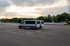 Weiße Packwagen parkten auf einem Asphaltparkplatz stockfotos