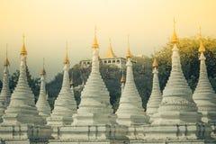 Weiße Pagode auf Myanmar Lizenzfreie Stockfotos