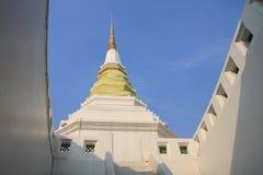 Weiße Pagode mit blauem Himmel, Thailand Stockfotos