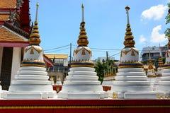 Weiße Pagode an Thailand-Tempel Stockbild