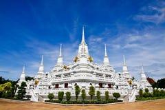 Weiße Pagoden bei Wat Asokaram, Samut Prakan Stockbilder