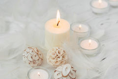 Weiße Palmenkerze mit natürlicher Dekoration für Badekurort Lizenzfreie Stockfotos