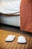 Weiße Pantoffel im Hotelzimmer oder im Raum Lizenzfreie Stockfotografie