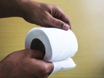 Weiße Papierhandtuchrolle lizenzfreie stockbilder