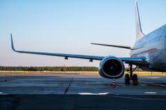 Weiße Passagierflugzeuge geparkt am Flughafen lizenzfreie stockfotografie