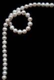 Weiße Perlen auf dem schwarzen Samt lizenzfreie stockfotos