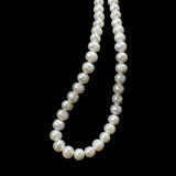 Weiße Perlen-Halskette Stockbild