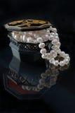 Weiße Perlen von den Perlen in einem schönen Kasten Stockfoto