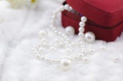 Weiße Perlenhalskette Stockbild