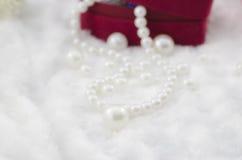 Weiße Perlenhalskette Stockfoto