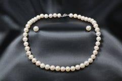 Weiße Perlenhalskette mit Perlenohrringen Stockbild