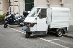 Weiße Piaggio-AFFE 50 Van-Stände geparkt Stockbild