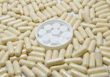 Weiße Pillen auf Pillehintergrund Stockbild