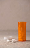 Weiße Pillen für Drogenmissbrauch-Konzept stockfotos