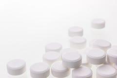 Weiße Pillen getrennt Stockfotografie