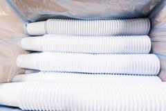 Weiße Plastikgläser für Lebensmittel im Kasten Stockbilder