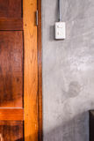 Weiße Plastikschalterplatte ist auf Dachbodenartwand Lizenzfreie Stockfotografie