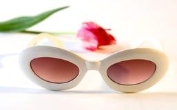 Weiße Plastiksonnenbrillen und Tulpe Lizenzfreies Stockbild