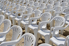 Weiße Plastikstühle Lizenzfreies Stockbild