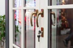 Weiße Plastiktür mit Verschluss und Schlüssel Stockfotografie